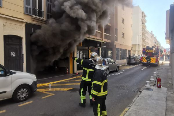 L'incendie s'est déclaré dans un garage automobile rue Bricka à Juan-les-Pins.