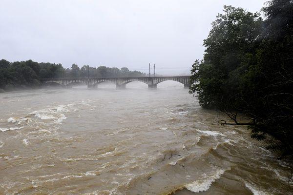 15 juillet 2021 -La rivière d'Ain à Pont-d'Ain, jeudi 15 juillet vers 20 heures, a franchi la barre des 1000 m3 secondes