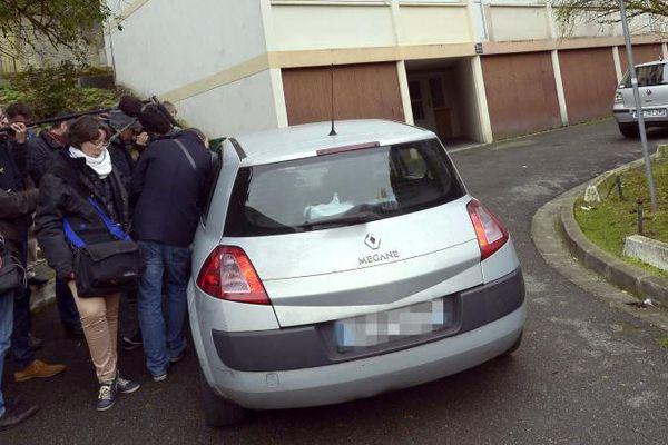 Des journalistes devant le domicile d'un des membres présumés de la filière jihadiste de Champigny-sur-Marne (Val-de-Marne) le 19 novembre 2014.