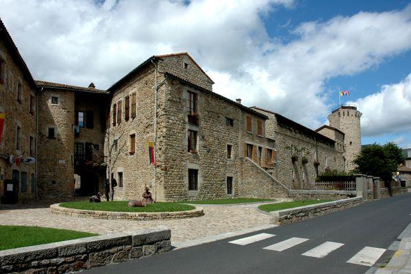 Lozère - le Malzieu-Ville, son bureau de poste et sa mairie, en 2014.