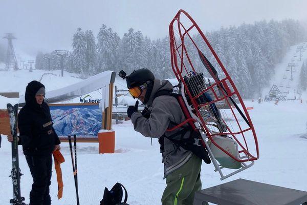 Au Lioran (Cantal), un skieur a utilisé un équipement bien inhabituel pour remonter les pistes.