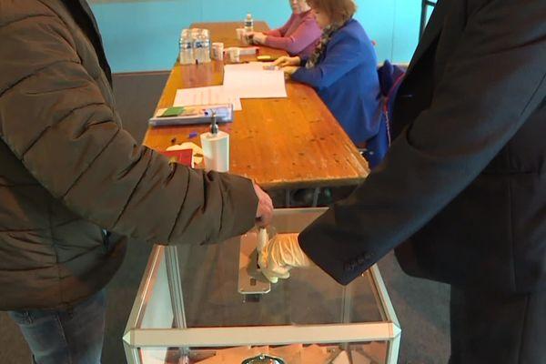 Vote d'un électeur lors du second tour des élections municipales le 28 juin 2020