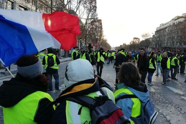 Des milliers de personnes descendaient les Champs-Elysées dans le calme dans la matinée du samedi 8 décembre.