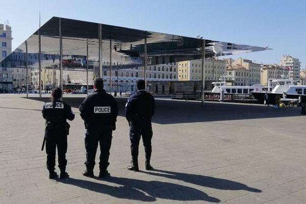 Mesures de confinement coronavirus Covid-19, des policiers sur le Vieux-Port à Marseille, le 25 mars 2020.