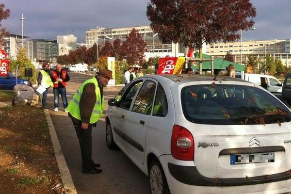 Des manifestants CGT bloquent l'accès au parking du CHU de Dijon pour protester contre la fin du stationnement gratuit. Le lieu est quasiment désert.