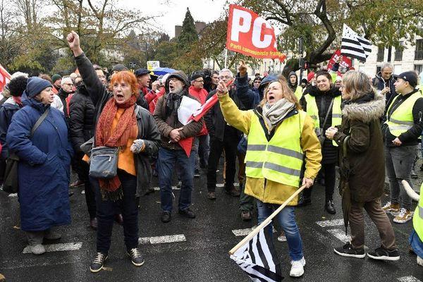 Manifestation des gilets jaunes à Rennes. Les gilets jaunes ont retrouvés les syndicats (FO et CGT) mais aussi des partis politique (PCF et LO) à la préfecture Martenot