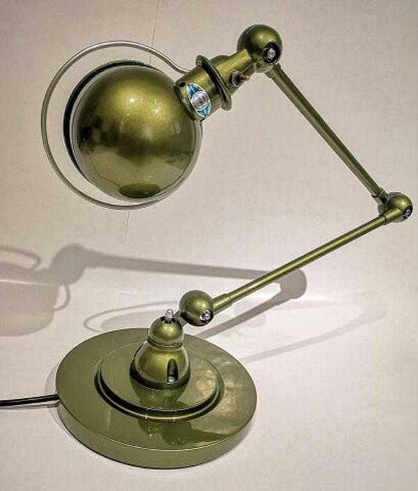 """En peignant cette lampe industrielle des années 1950 avec une couleur olive métallisée très moderne, Brice Dervogne a fait ce qu'il préfère faire : """" Mélanger les genres et les époques."""""""