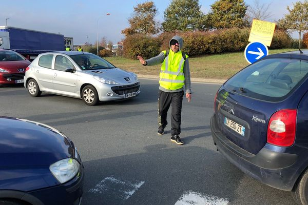 A Beauvais, Gilets Jaunes et routiers ralentissent considérablement la circulation au rond point à la sortie de l'A16