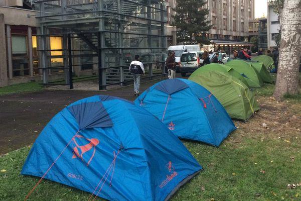 C'est parce qu'ils étaient dans des conditions qu'ils jugent «indignes, sans toilettes ni douche» que les militants du Réseau éducation sans frontières (RESF) ont organisé le déplacement d'un camp de migrants à Clermont-Ferrand, mardi 3 octobre, en fin d'après-midi.