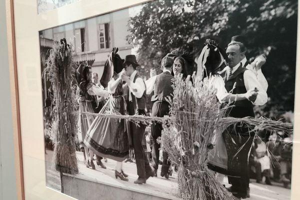 Fête de village en Alsace. Le peintre et photographe strasbourgeois Lucien Blumer a saisi ces moments dans les années 1920-1930.