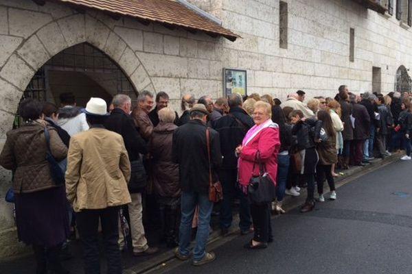 Une foule se presse depuis ce matin au 2 rue de la Charente, à Angoulême (16).