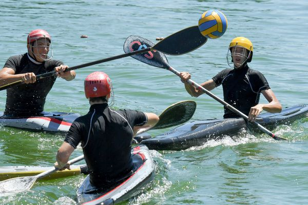 Au kayak polo, les passes peuvent aussi bien se faire à la main qu'à la pagaie - Photo d'illustration
