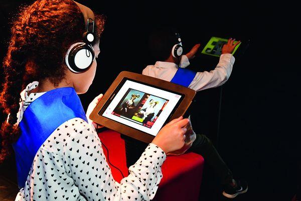 Des enfants sur des tablettes interactives au musée Numérique de Ballan-Miré.