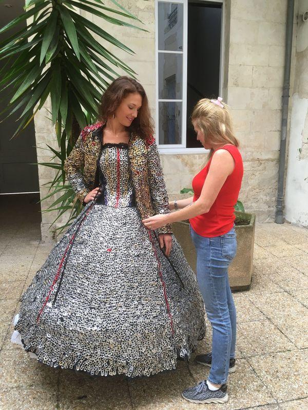 Elody a passé 200 heures pour la fabrication de cette robe.