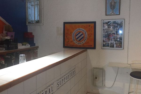 A l'entrée du local, quelques affiches accrochées au mur dont le cadre avec le logo du club signé par tous les joueurs de l'équipe championne de France en 2012.