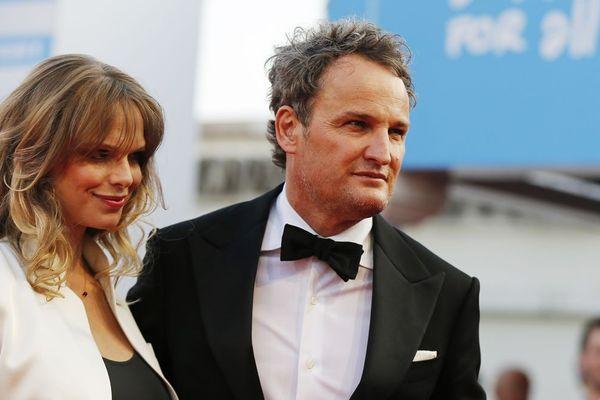 L'acteur australien Jason Clarke et son épouse sur le tapis rouge du festival de Deauville