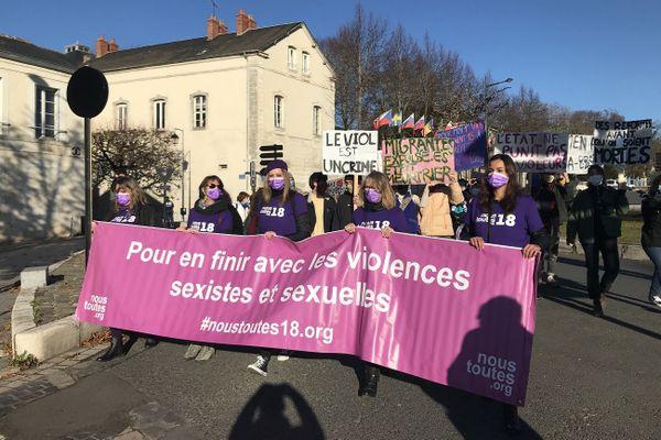 """Entre 250 et 500 personnes se sont rassemblées pour la marche organisée par le collectif """"Nous toutes 18"""" samedi 21 novembre."""