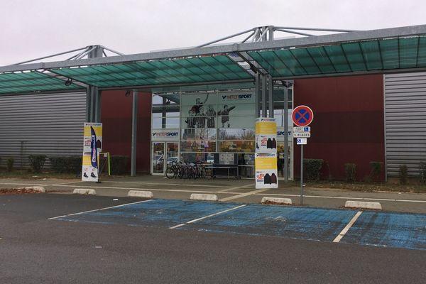 Le magasin Intersport d'Etampes (Essonne) pillé par une vingtaine de personnes lors de la nuit d'Halloween 2018.