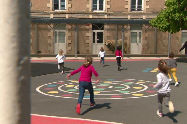 Les enfants peuvent jouer dans la cour, avec une distanciation sociale obligatoire.