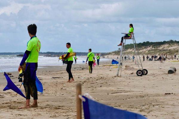 Les futurs nageurs-sauveteurs du SDIS 17 en stage de formation mais également de sélection sur la plage de la Grande Côte, à Saint-Palais sur Mer (Charente-Maritime).