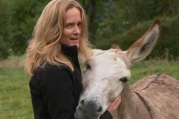 La propriétaire des ânes, avec le dernier survivant du troupeau.