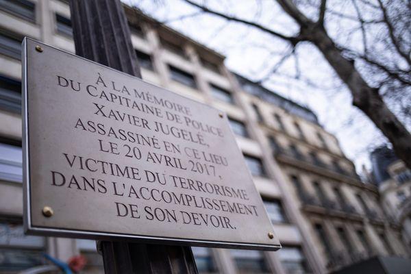 La plaque en hommage à Xavier Jugelé (illustration).