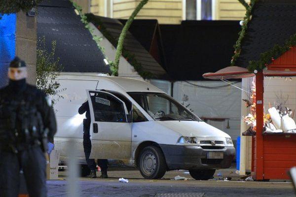 La camionnette après le drame lundi place Royale.