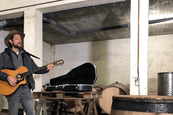 Jean-Baptiste Gougis vigneron à Aubière dans le Puy-de-Dôme chante son métier, son vin et sa passion.