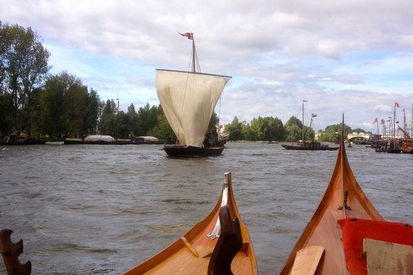 Les bateaux de régions différentes se croisent sur la Loire.