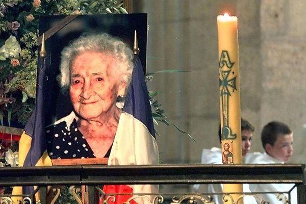 Le portrait de Jeanne Calment, installé dans le choeur de la Primatiale Sainte-Trophime, le 07 août à Arles, où était célébrée une messe à la mémoire de la doyenne de l'humanité.