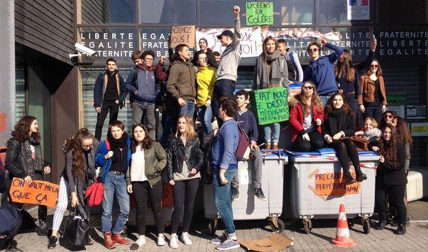 Certains élèves se sont installés sur les poubelles pour signifier leur opposition à la loi Travail