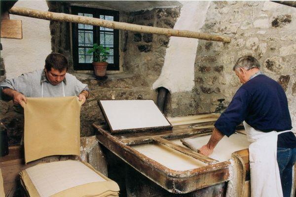 Le Moulin Richard de Bas date du 15ème siècle et continue de perpétuer un savoir-faire ancestral qui a failli disparaître. Sauvé en 1941 par le grand-père d'Emmanuel Kerbourc'h, co-gérant du Moulin Richard de Bas, qui a racheté le lieu et relancé l'activité en déclin.
