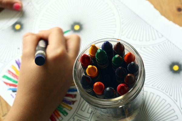 Un enfant coloriant au pastel