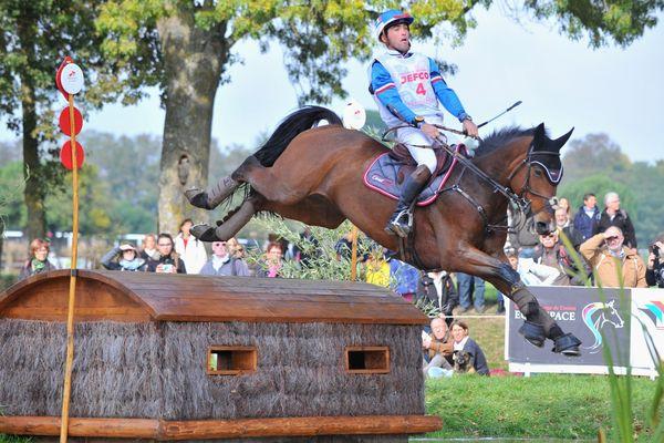 Passage d'un obstacle sur un gué. Parfois les chevaux ont peur de l'eau.