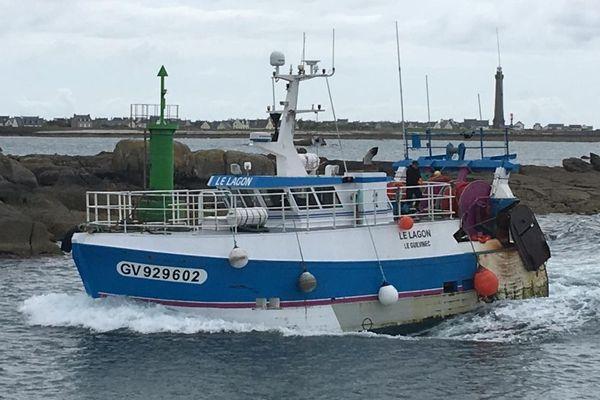 Arrivée d'un bateau de pêche au port de St-Guénolé-Penmarc'h