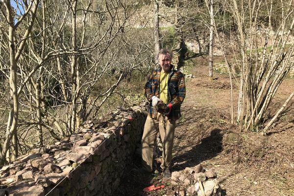 Dans le parc Joly, Hubert Bonal, le président de l'Association de Sauvegarde des Jardins et Terrasses de Semur-en-Auxois s'est attelé à la réfection des murs de pierres sèches.
