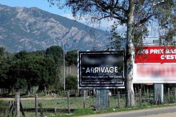 Deux des 9 panneaux démontés le long de la RT20, commune de Sarrola-Carcopino (Corse du Sud)