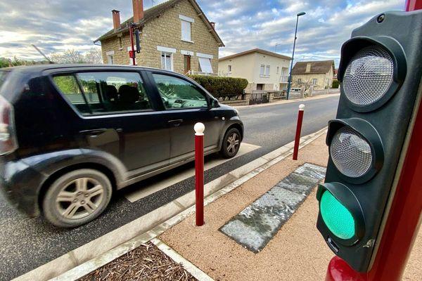 Le feu tricolore détecte la vitesse du véhicule. S'il roule à bonne vitesse, le feu passe au vert. Un nouveau dispositif mis en place à Larche en Corrèze