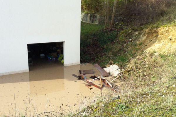 Les caves et les garages des particuliers sont également inondés.