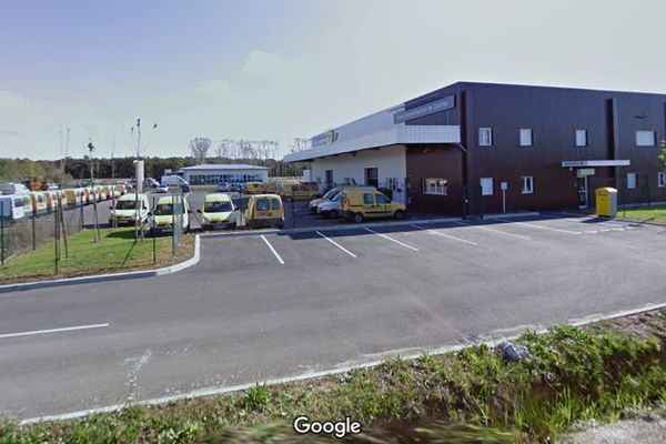 Neuf voitures ont été détruites ou sévèrement endommagées par un incendie sur ce dépôt de La Poste à Coutras
