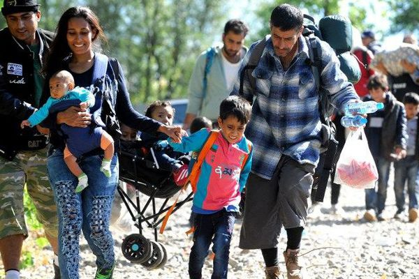 Famille de réfugiés à la frontière entre la Croatie et la Hongrie