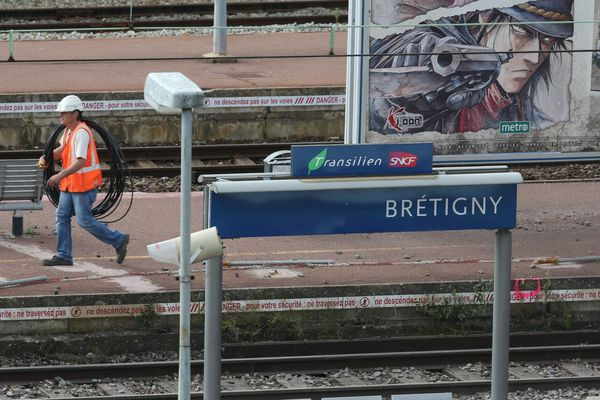 Bretigny sur Orge le 15/07/2013, trois jours après la catastrophe ferroviaire qui a coûté la vie à 7 personnes.