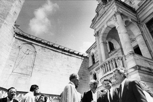 Michel Crépeau devant l'hôtel de ville de La Rochelle en 1986