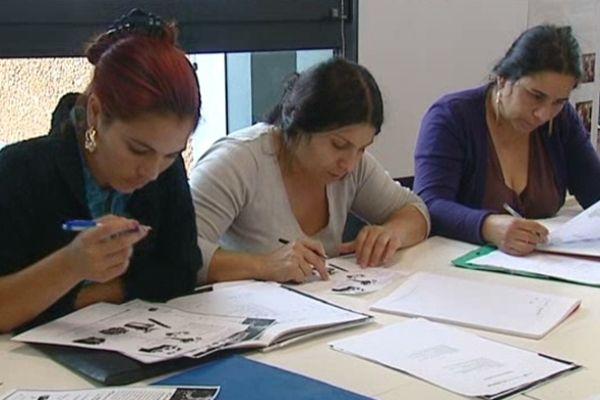 Dans le 8e arrondissement de Lyon, le siège du dispositif expérimental d'insertion des Roms sert aussi de salle de classe - oct.2012