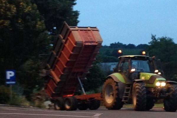 Les jeunes agriculteurs ont déversé des tonnes de fumier et de déchets.