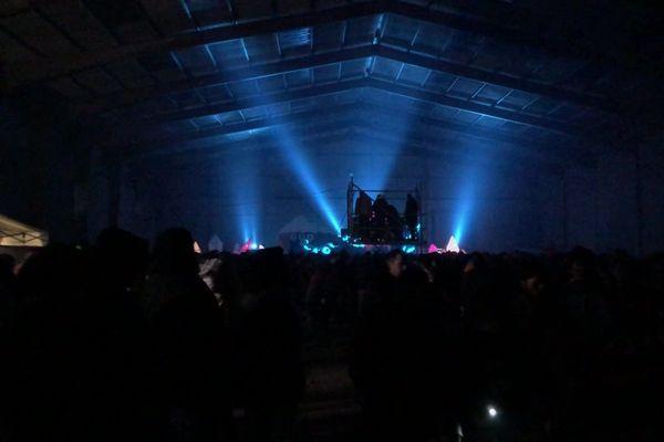 Le 31 décembre 2020, vers 21h, 2500 personnes se sont rassemblées à Lieuron, entre Rennes et Redon, dans un vaste hangar désaffecté où avaient été aménagés trois espaces de danse