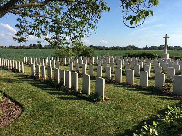Le cimetière militaire du Paradis à Lestrem. 161 soldats britanniques y sont inhumés. Parmi eux 5 aviateurs et les 97 victimes du massacre commis par les SS dans le hameau.