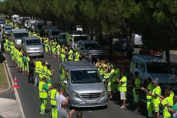 En tenue de travail, les salariés ont applaudi le passage du convoi mortuaire. Celui de leur patron et président du Montpellier Hérault SC, Louis Nicollin.