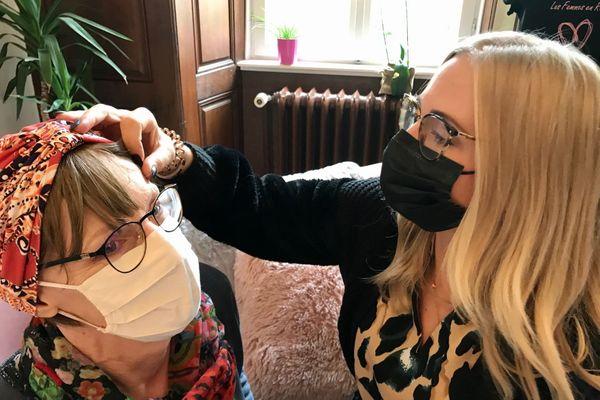 Aux Femmes en rose, interventions de spécialistes et ateliers sont régulièrement proposés pour le bien-être et l'accompagnement des malades : sophrologue, esthéticienne, masseuse... Ici, Jordane Kehlhoffner, qui pratique la micro-pigmentation des sourcils.