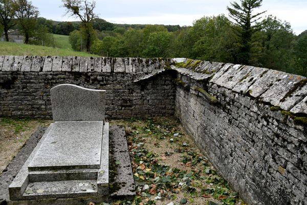 Le caveau se trouve dans le cimetière de Château-Chalon.
